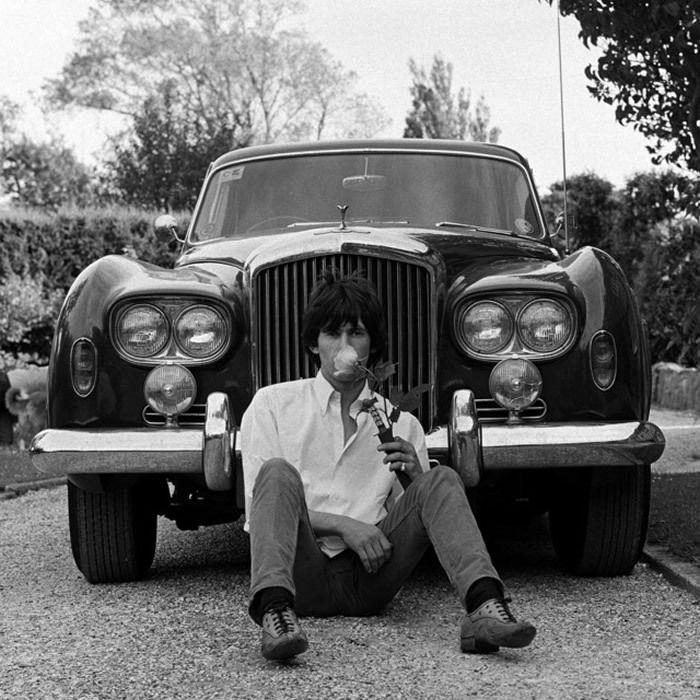 "Keith chez lui avec sa Bentley ""Blue Lena"" en 1966. © Gered Mankowitz"