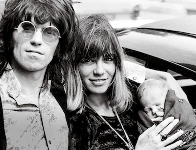 À la sortie de la maternité à Londres, le guitariste leader des Rolling Stones Keith Richards et Anita Pallenberg avec leur fils Marlon, en 1969. Contrairement à ses parents, il a totalement échappé à l'enfer de la drogue. Photo: Bridgemanimages.com