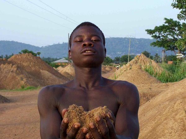 CENTRAFRIQUE - Ramassage du sable : de l'or dans les mains