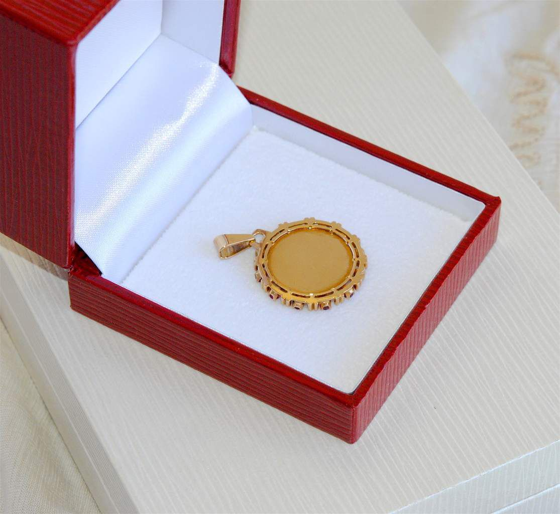 SUPERBE MEDAILLE D'AMOUR / OR JAUNE 18 K ( 750 ) / RUBIS SYNTHETIQUES / + QU'HIER - QUE DEMAIN   REF / AA 928