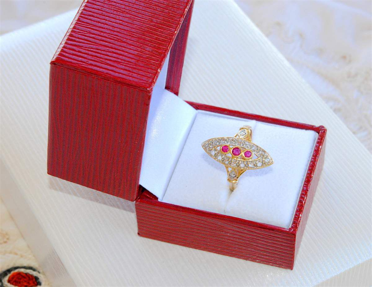SUPERBE BAGUE MARQUISE ANCIENNE OR 2 TONS 18 K ( 750 ) - RUBIS - DIAMANTS TAILLE ROSE    REF / AB 912