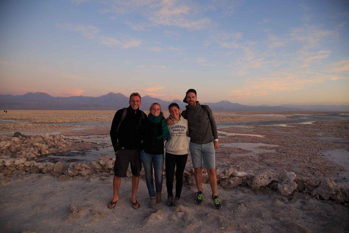 Le coucher du soleil sur le salir d'Atacama et la laguna Chaxa