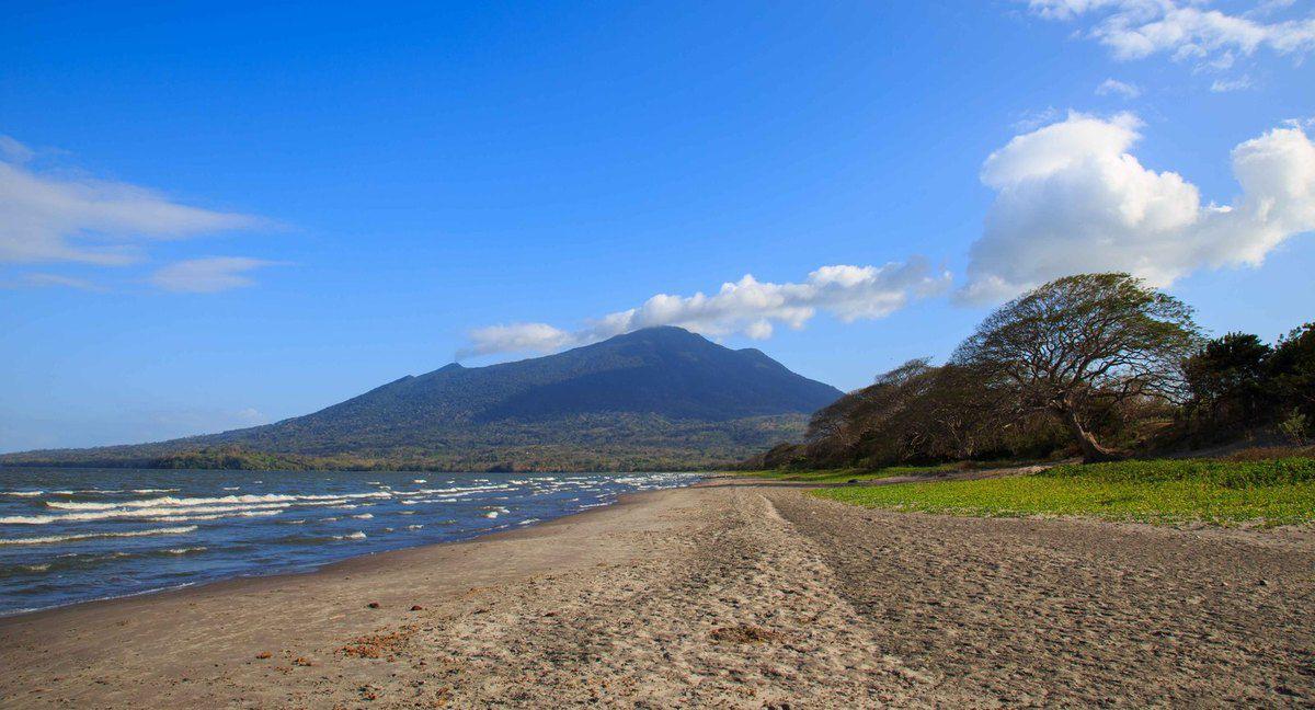 Plage au pied du volcan Maderas