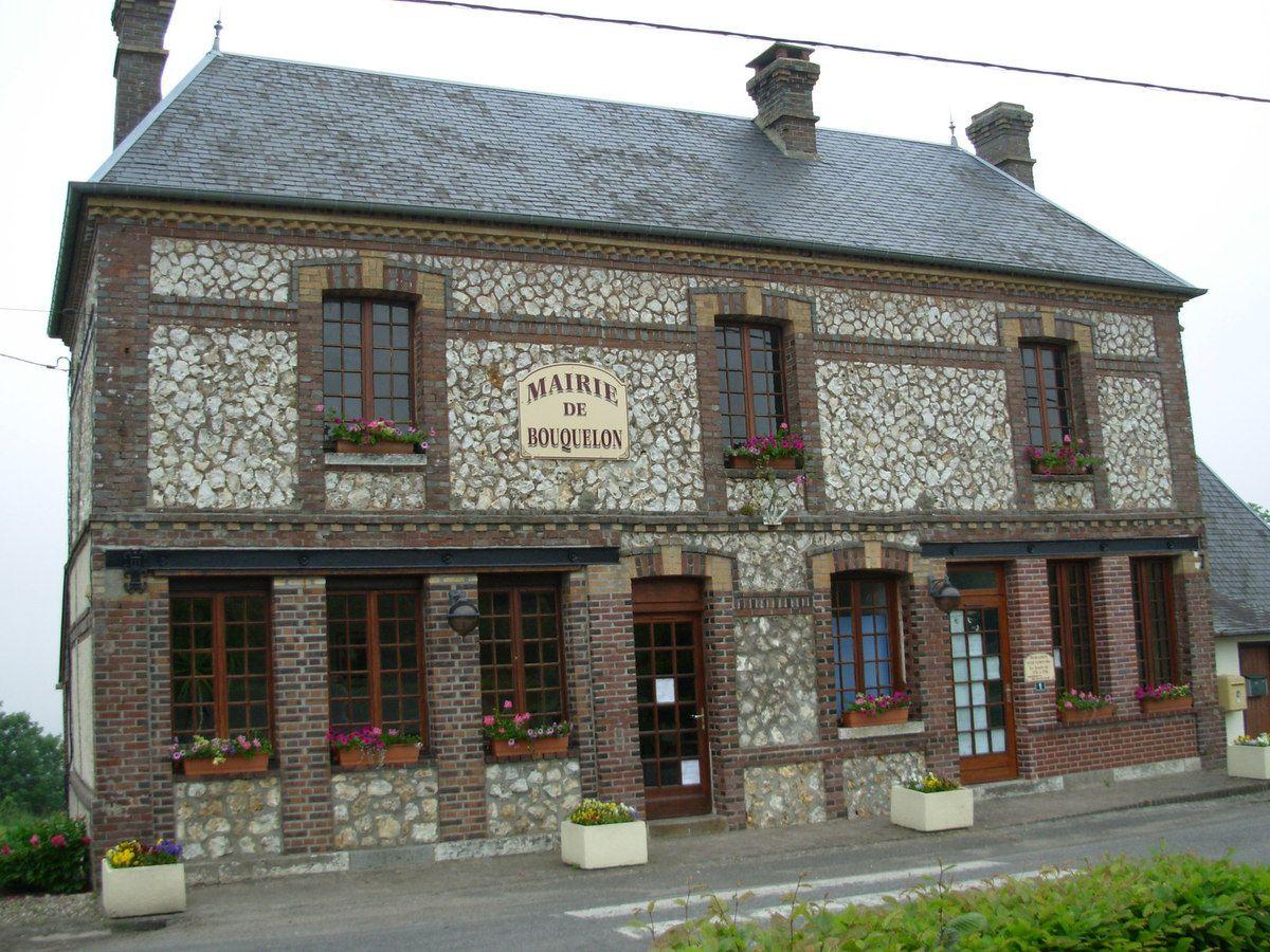 Bouquelon et sa très jolie mairie, construction de pierres et de briques.