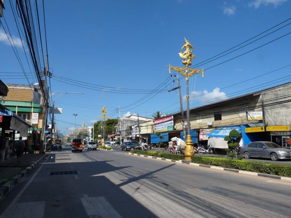 Satun : quelques rues et passage obligé chez le coiffeur pour les gars :-)