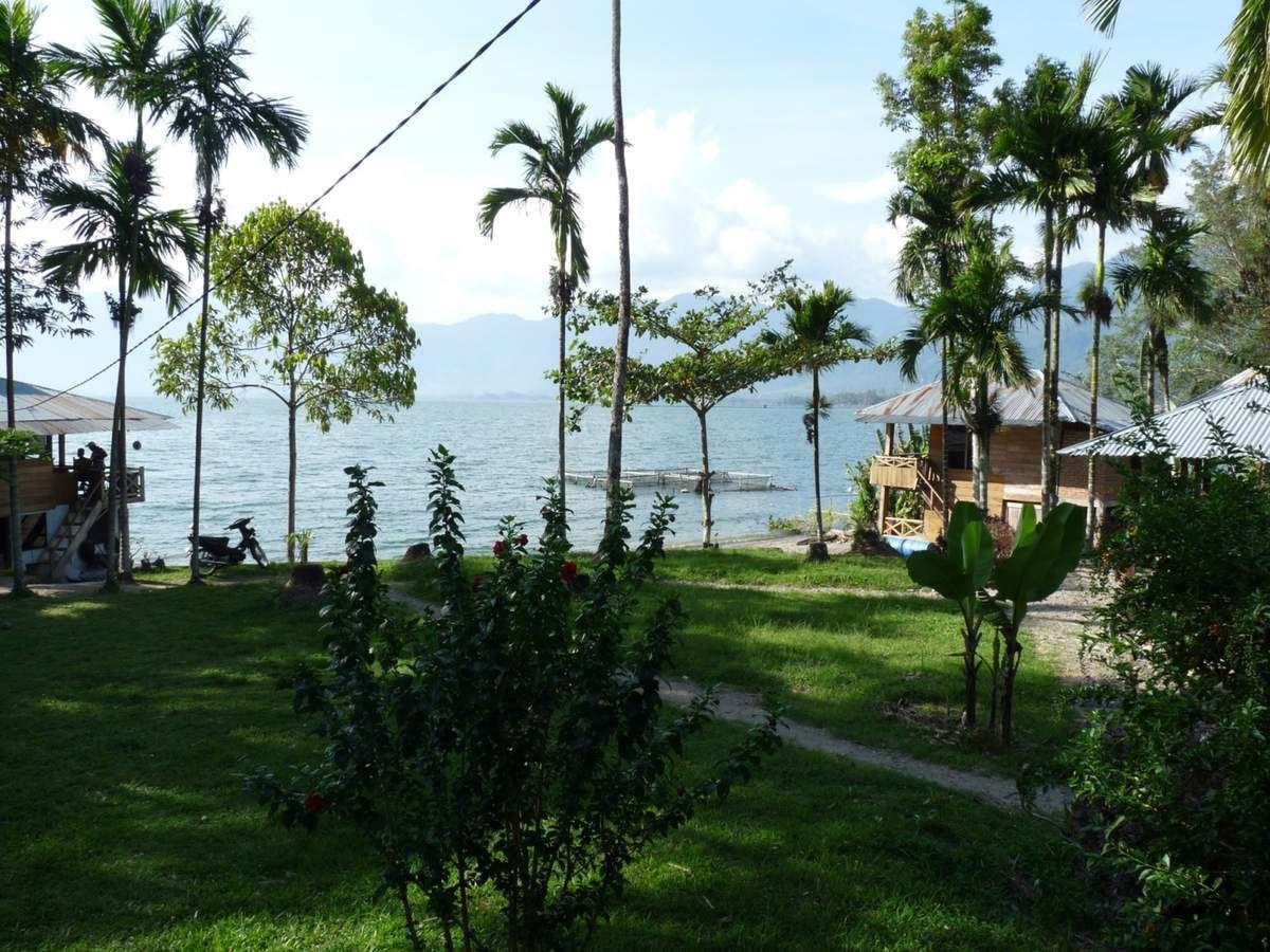 Sumatra : Lac Maninjau, notre pension et le bungalow des enfants (avec salle d'eau en plein air)