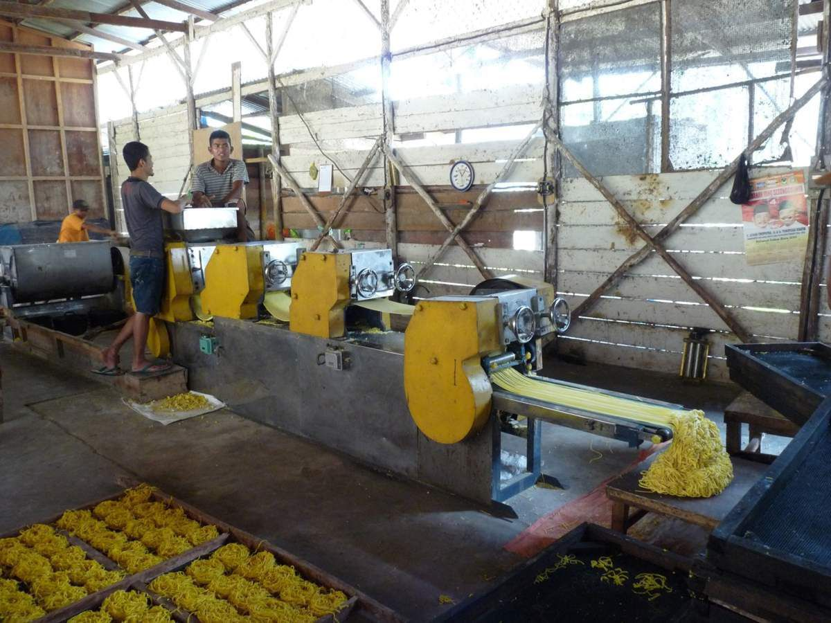 Sumatra : Vallée d'Harau, fabrique de nouilles