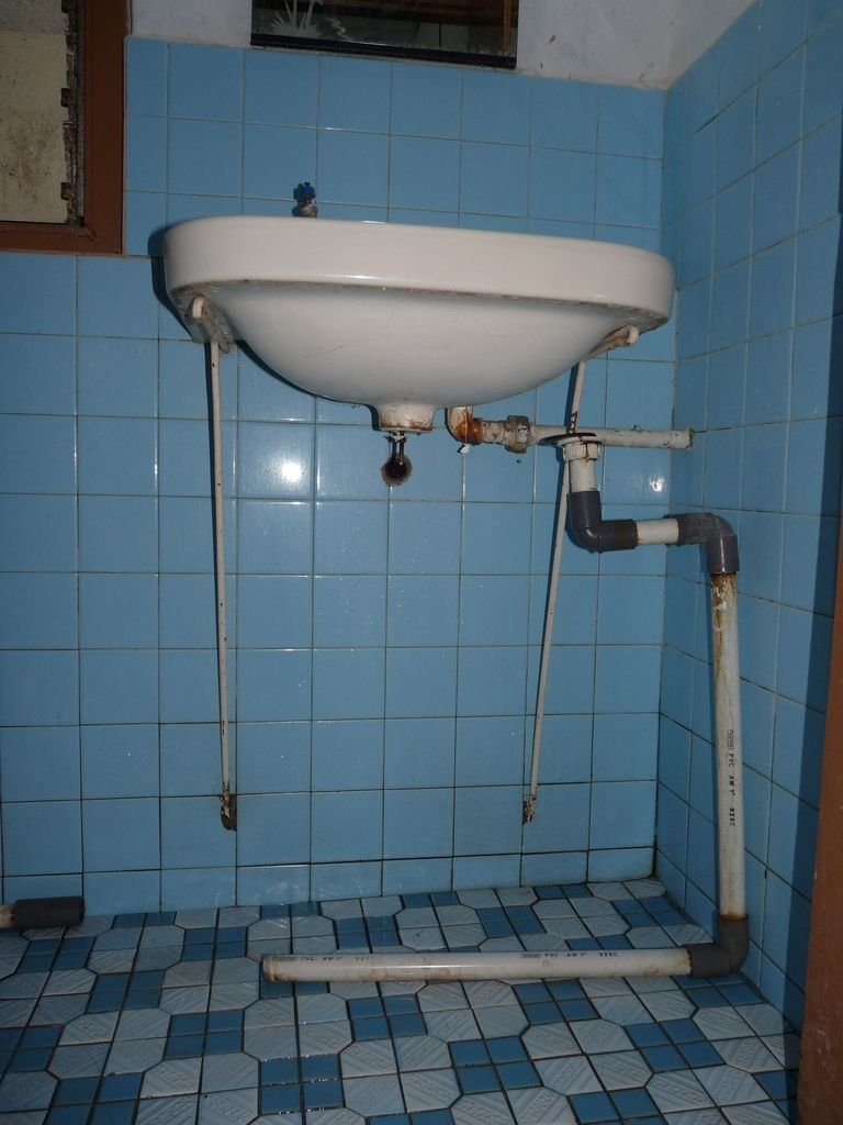 Rantepao : plomberie (avant et après intervention de Patrick ;-) et électricité dans notre chambre à la Wisma Maria 1...