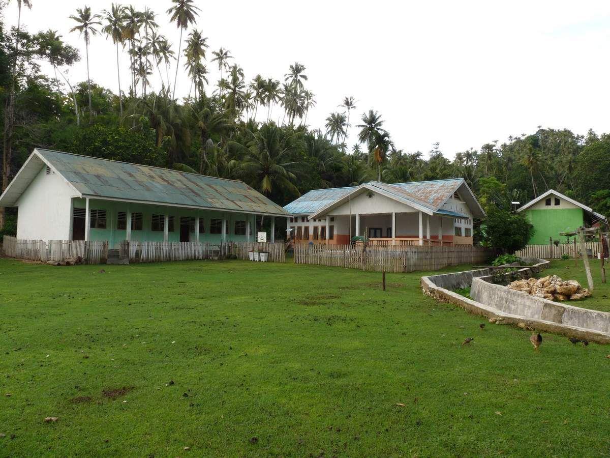Katupat village (le terrain de sport sert aussi bien aux enfants qu'aux animaux ;-) )