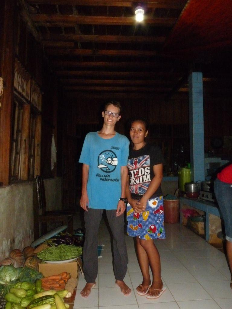 Katupat, dernière soirée très chaleureuse au Fadhila Cottages ; Flo et Mimine ;-)