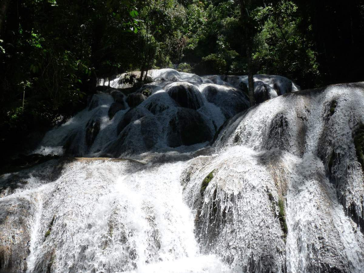 près de  Tentena, Air Terjun Salopa