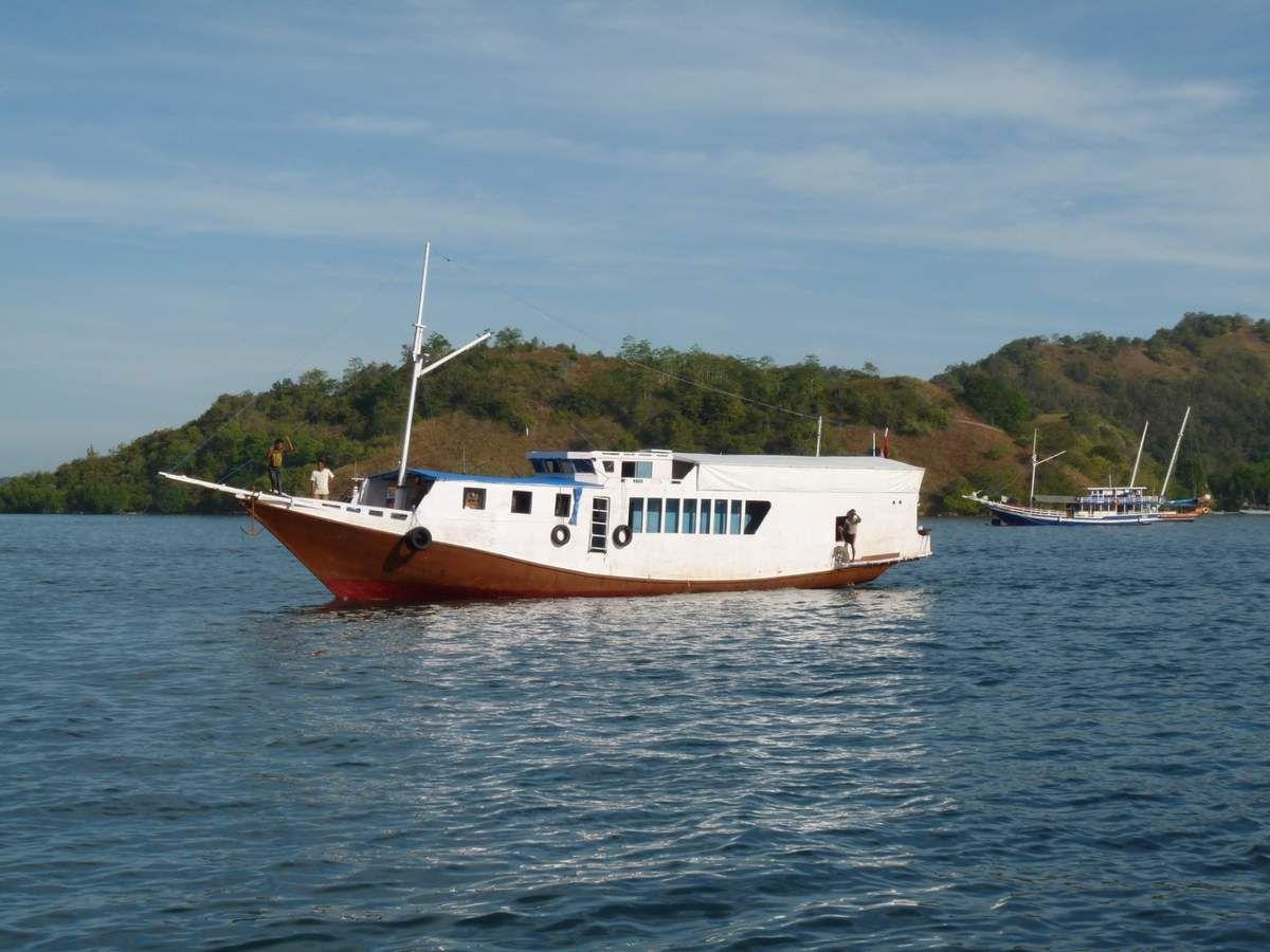 Notre bateau, l'espace commun, la cuisine, le dortoir et la salle d'eau ;-)