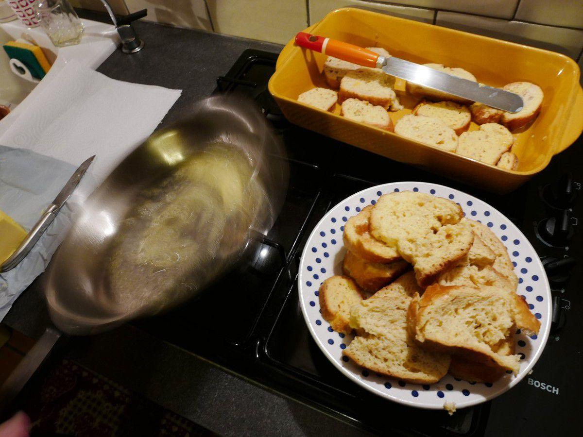 Faire fondre une coquille de beurre dans une poële...