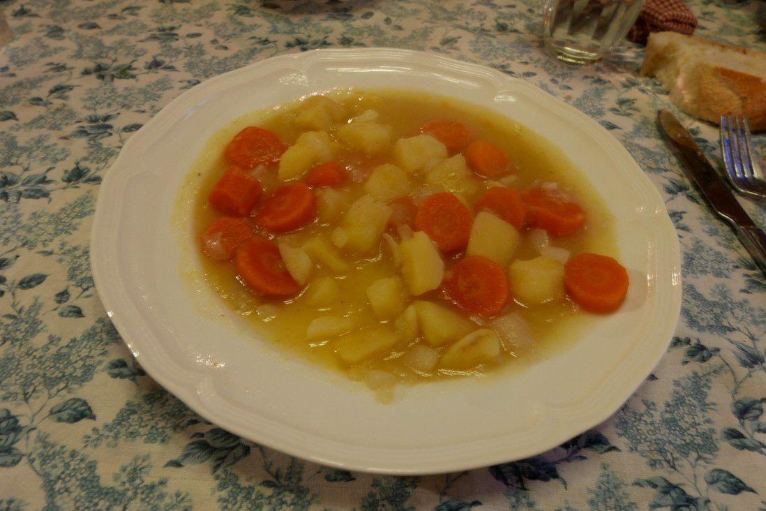 Passer à table. Vous pouvez écraser les carottes et les pommes de terre avec une fourchette...