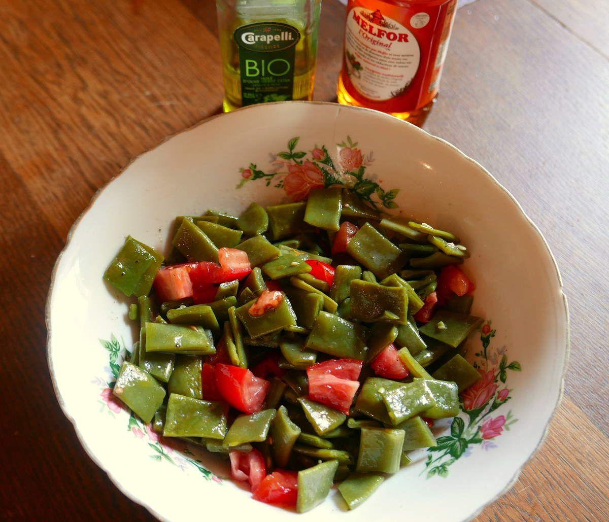 ...en accompagnement des haricots plats, cuits à la vapeur, et tomates à la vinaigrette à italienne (sel, poivres, vinaigre et huile).