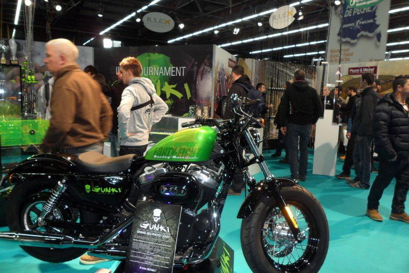 Gunki se met à la moto , une Harley en plus .