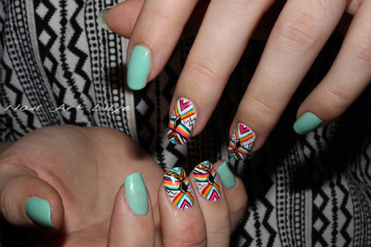 Nail Art Tribal Coloré