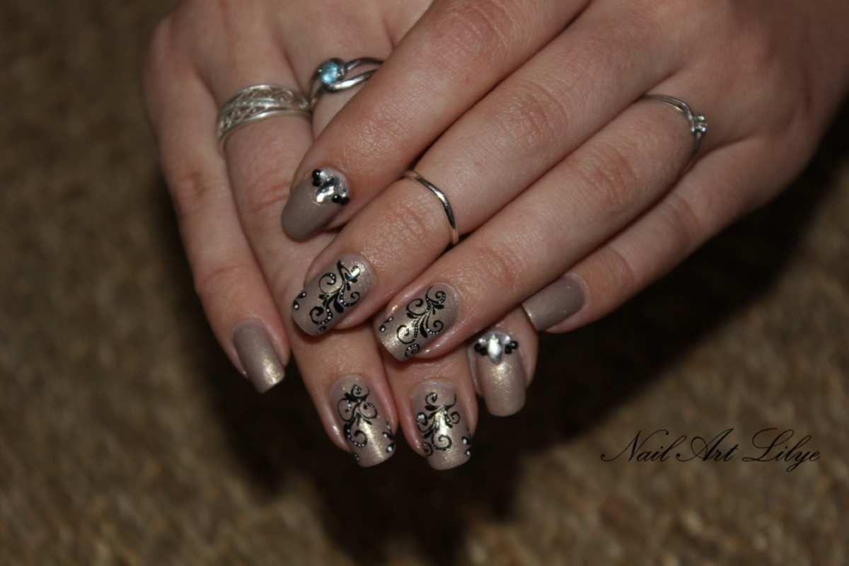 Nail art baroque, arabesques et bijoux
