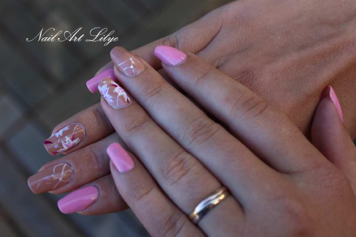 Nail art coloré et fleuri