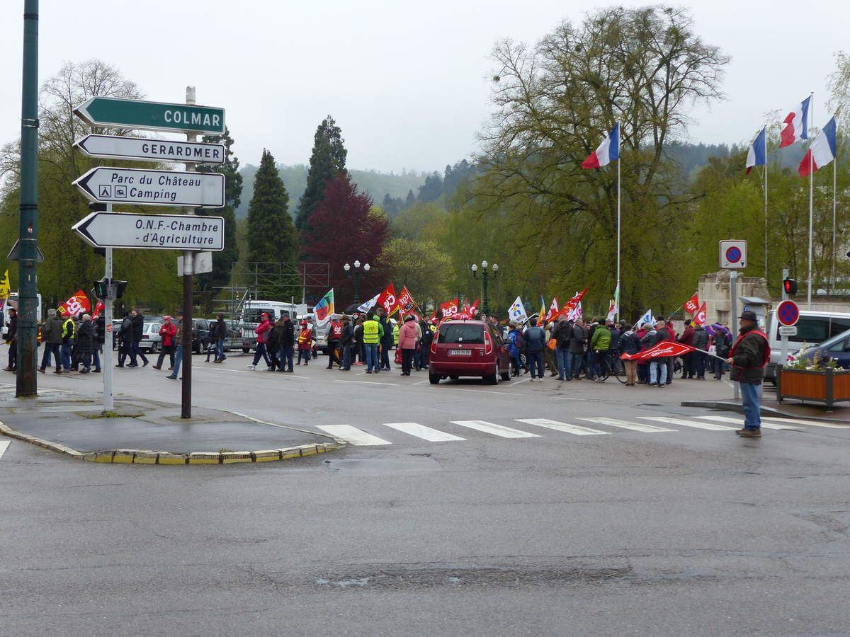 On ne défile pas, mais on manifeste!