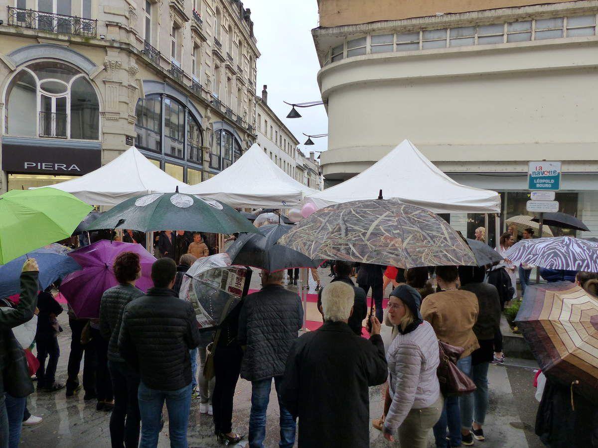 Du monde il y en avait! Sous les parapluies....