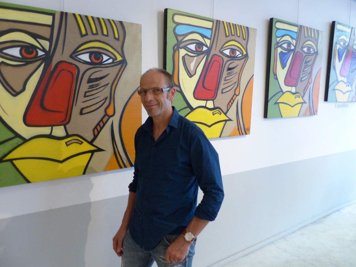 Thierry  Demangeon devant sa composition sérielle