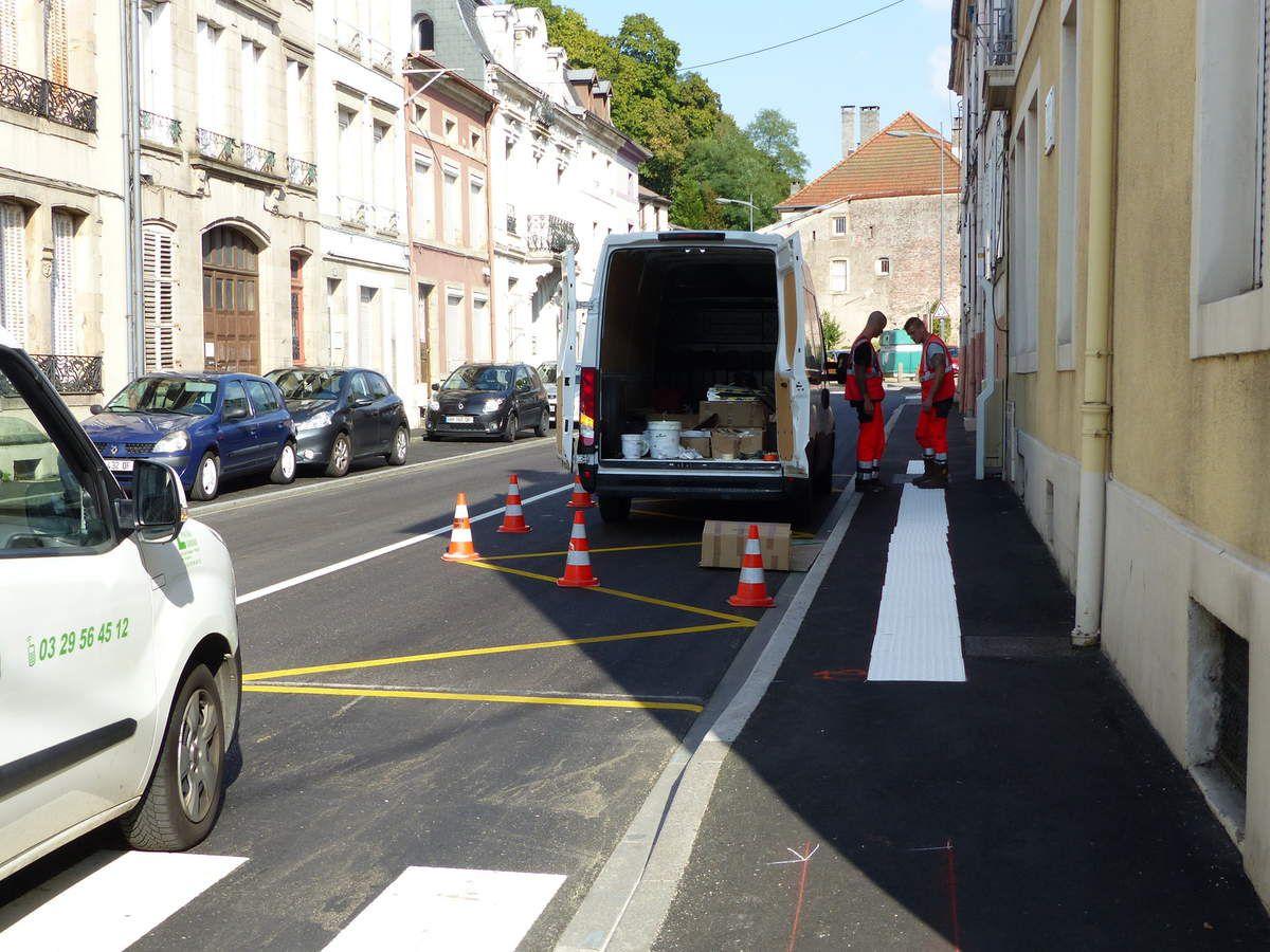 Finitions des derniers travaux sur les trottoirs de la rue Aristide Briand