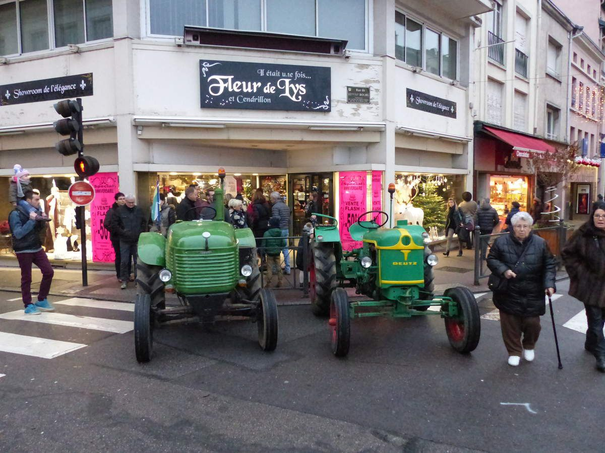 Une dizaine de tracteurs tournaient en ville avec leurs calèches et promeneurs