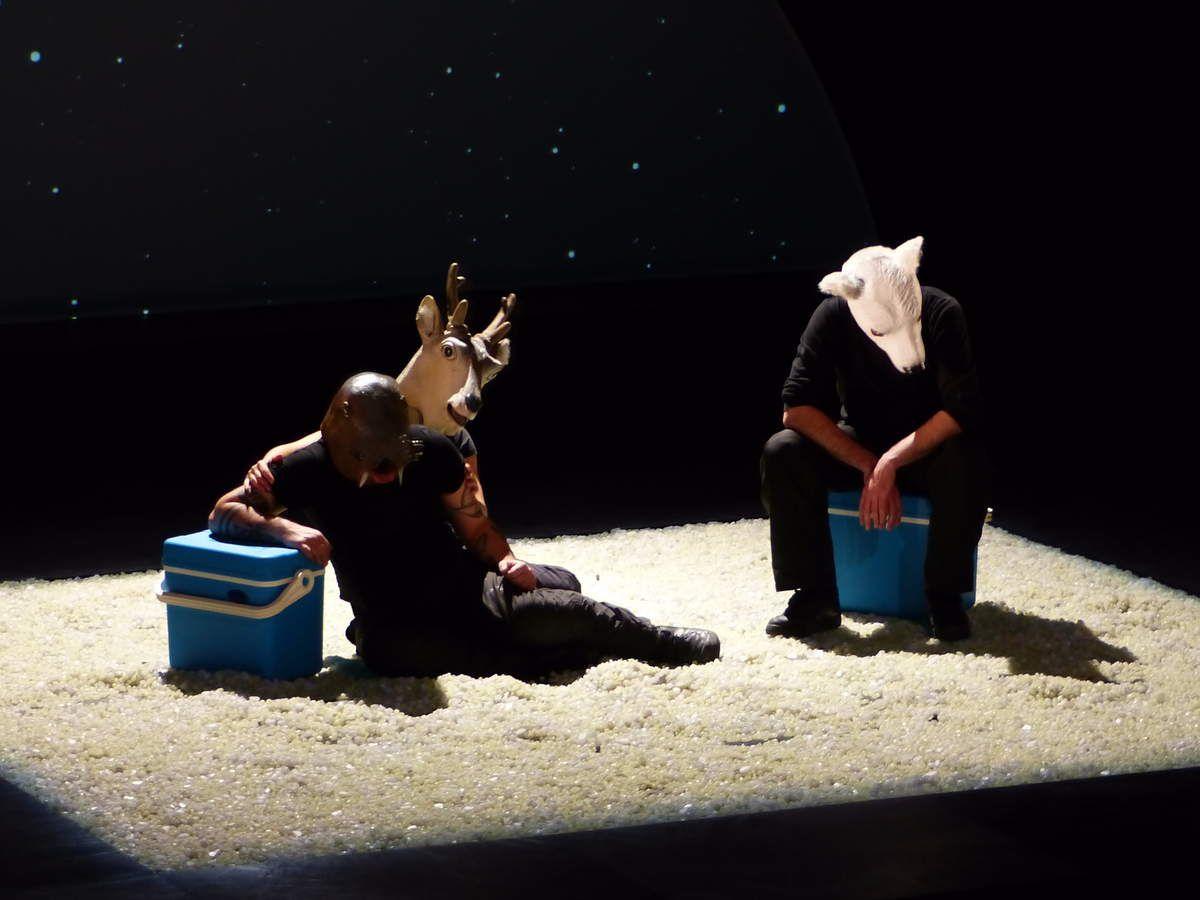 Le trio d'acteurs endossait tour à tour la pelure d'animaux....