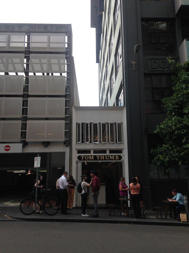Petit pub qui semble coince entre 2 gros immeubles mais qui rend le quartier vivant =)