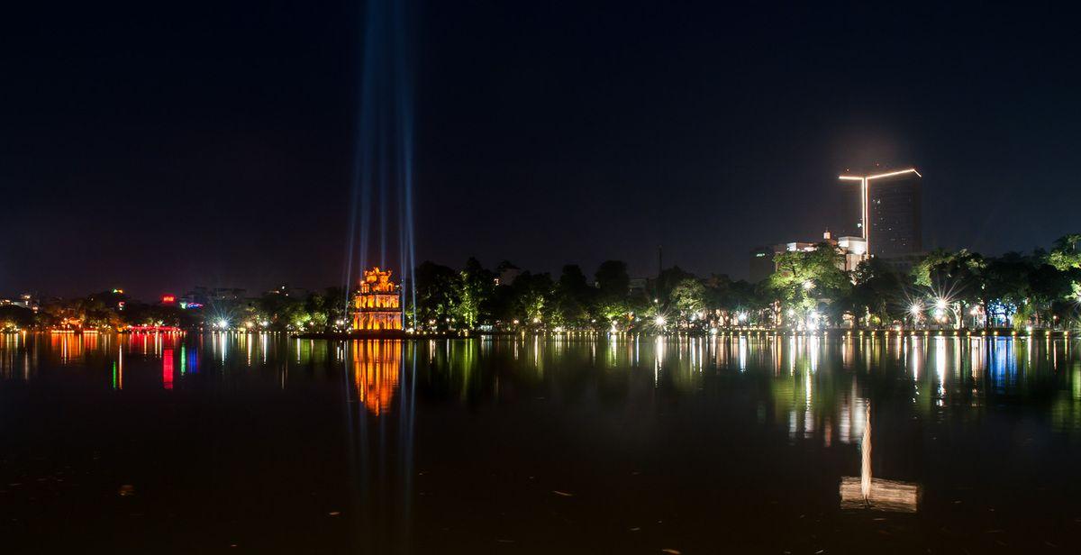 Le lac Hoan Kiem à la nuit tombée