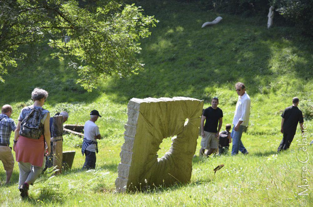 Journée en Corrèze, dans le village de Marc la Tour, qui revit autour de la sculpture de la pierre, et particulièrement du granit. Des sculpteurs des cinq continents sont invités ici et leurs oeuvres exposées en promenades fantastiques&#x3B;Beaucoup de photos de la plus courte des promenades, à l'intérieur du village, imaginez ce que je ramènerai quand je ferai celle de 13 km!
