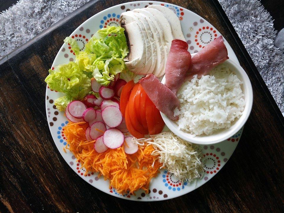 Salade fraîcheur et équilibrée. N'oublions pas que nous mangeons avec les yeux dans un premier temps, oui au léger mais du bon et du beau surtout !!!