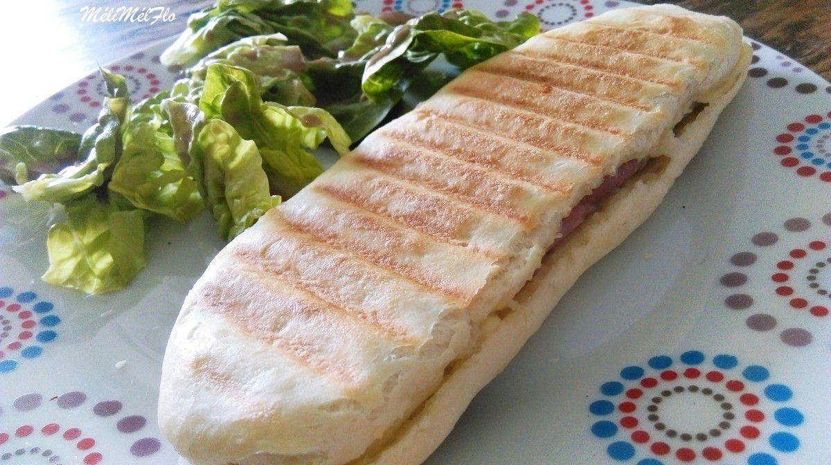 Panini, ici jambon /fromage emmental, avec des tomates séchées et du fromage à coque Mr ou chèvre c'est encore meilleur.