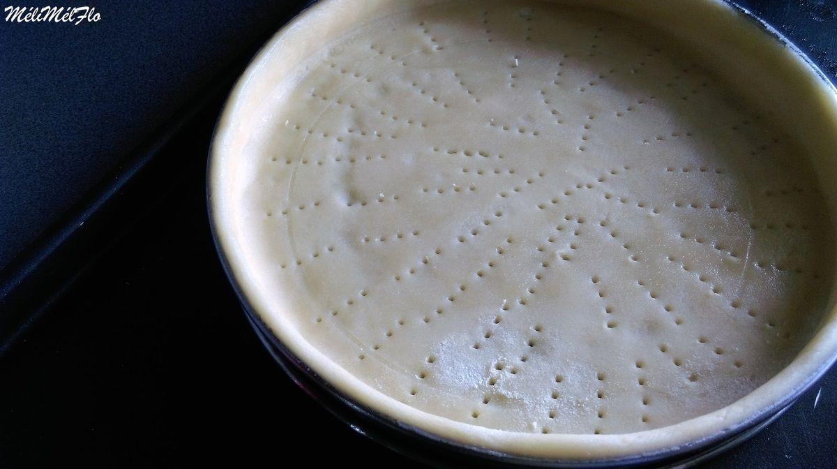 J'avais super bien foncé mon cercle mais avec la chaleur la pâte a glissée,grrr, pas grave,direction le congélateur histoire qu'elle fige un peu