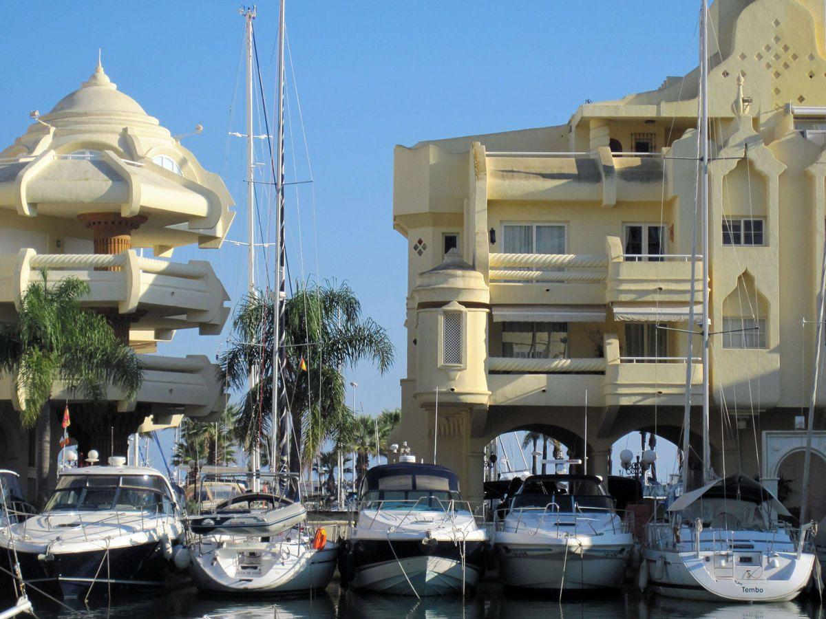 Noix de coco dans la marina privée de Benamaldena (au pays d'Aladdin)