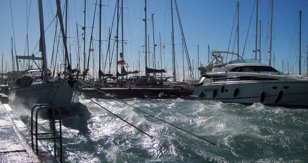 Force 8 sur Almerimar heureusement nous sommes dans un endroit du port mieux abrité