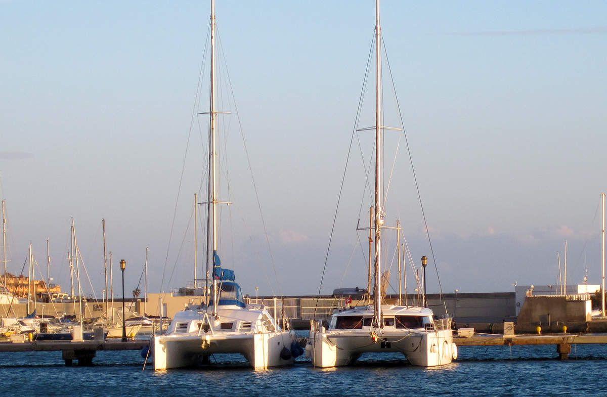 A droite Navyboun le bateau de Véronique et Philippe