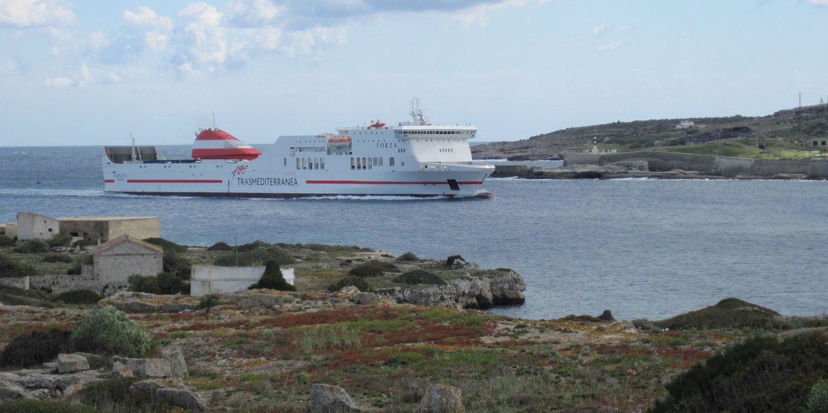 Un ferry rentre dans le grand port naturel de Mahon