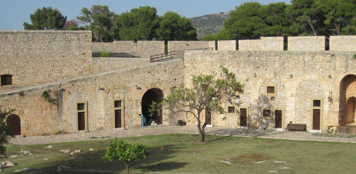 Château de Villehardouin ( a servi de prison, ici les cellules)