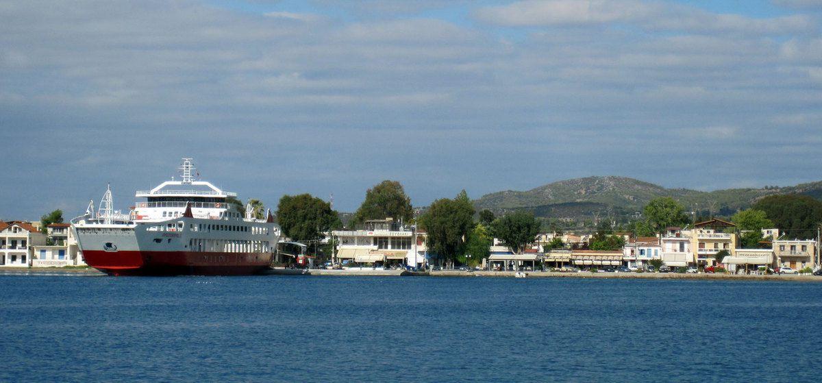 Le mouillage dans le port d'Erethria avec le bac au fond.