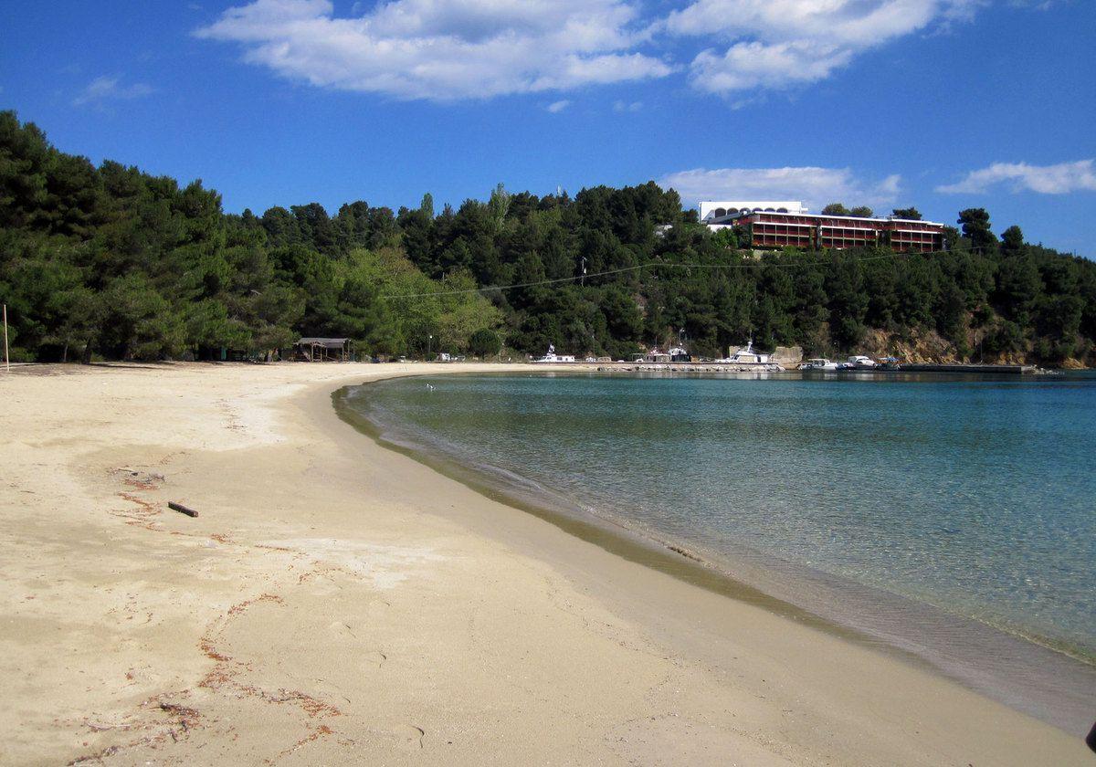 L'ile de Skiatos la jolie plage de sable de Koukounaries.