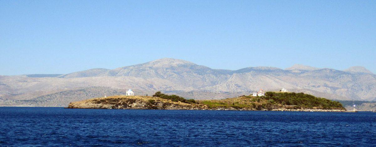 L'île de Mandraki qui protège le port de la ville du même nom