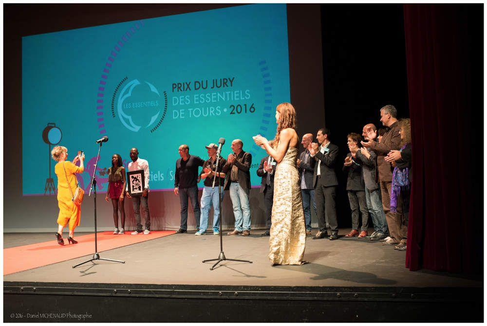 """Remise du prix du jury des Essentiels de Tours 2016 à Pepiang Toufdy pour son film """"Daymane Tours"""". Sous la présidence de Coline Serreau. Photo : © Daniel Michenaud"""