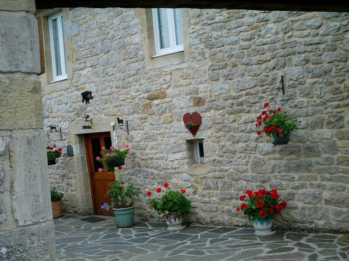 Maisons et rues fleuries.