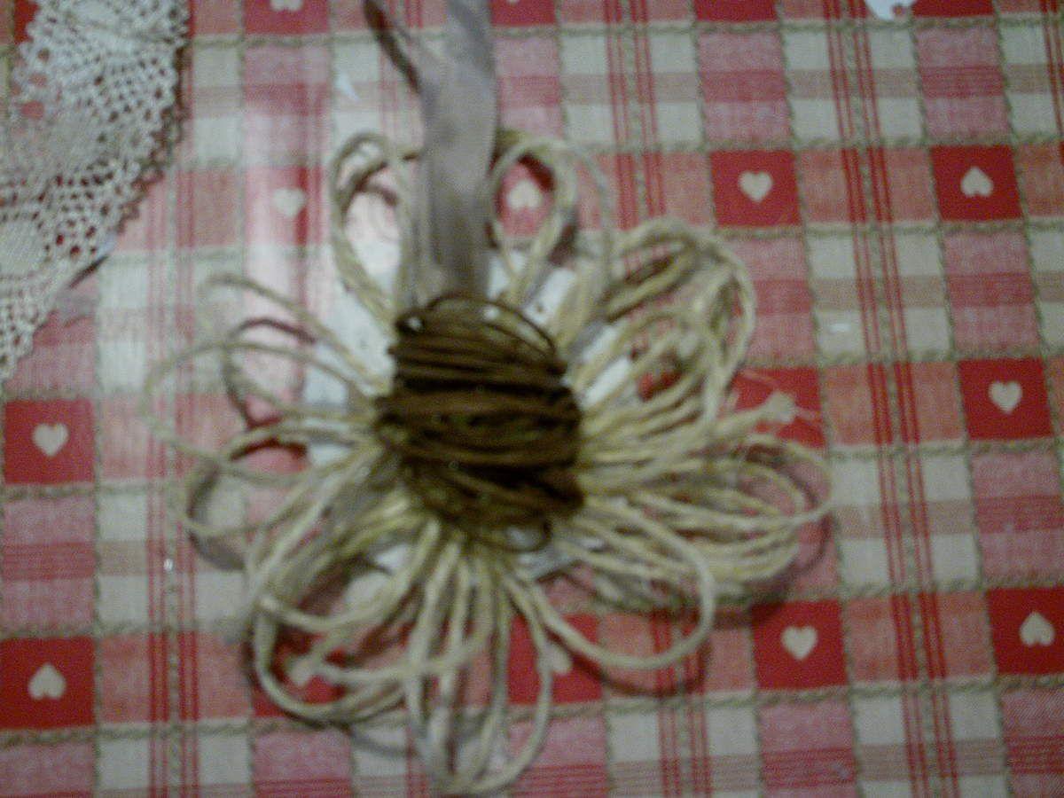 Fleur en ficelle sisal naturelle.