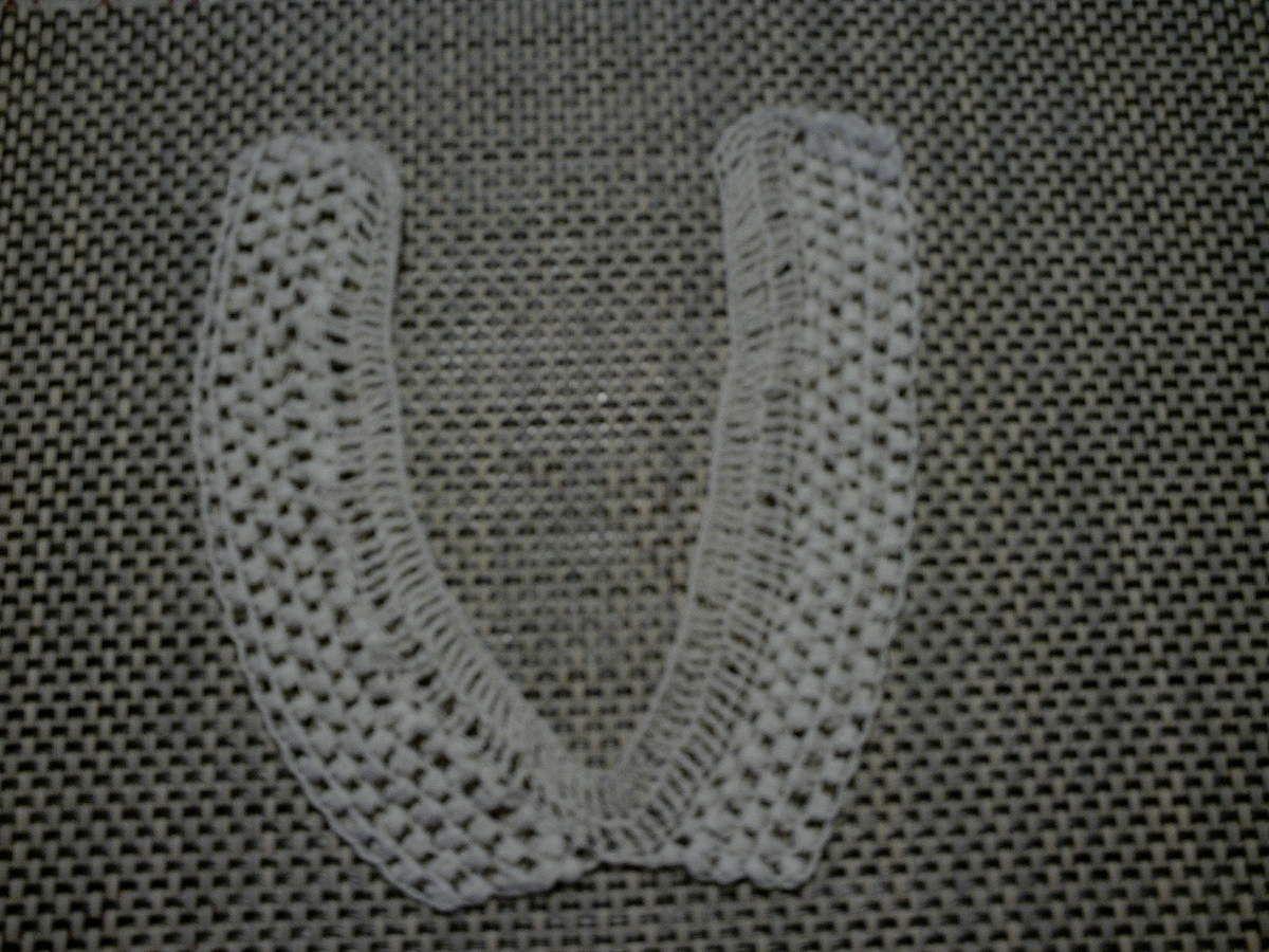 Col et bracelet au crochet.