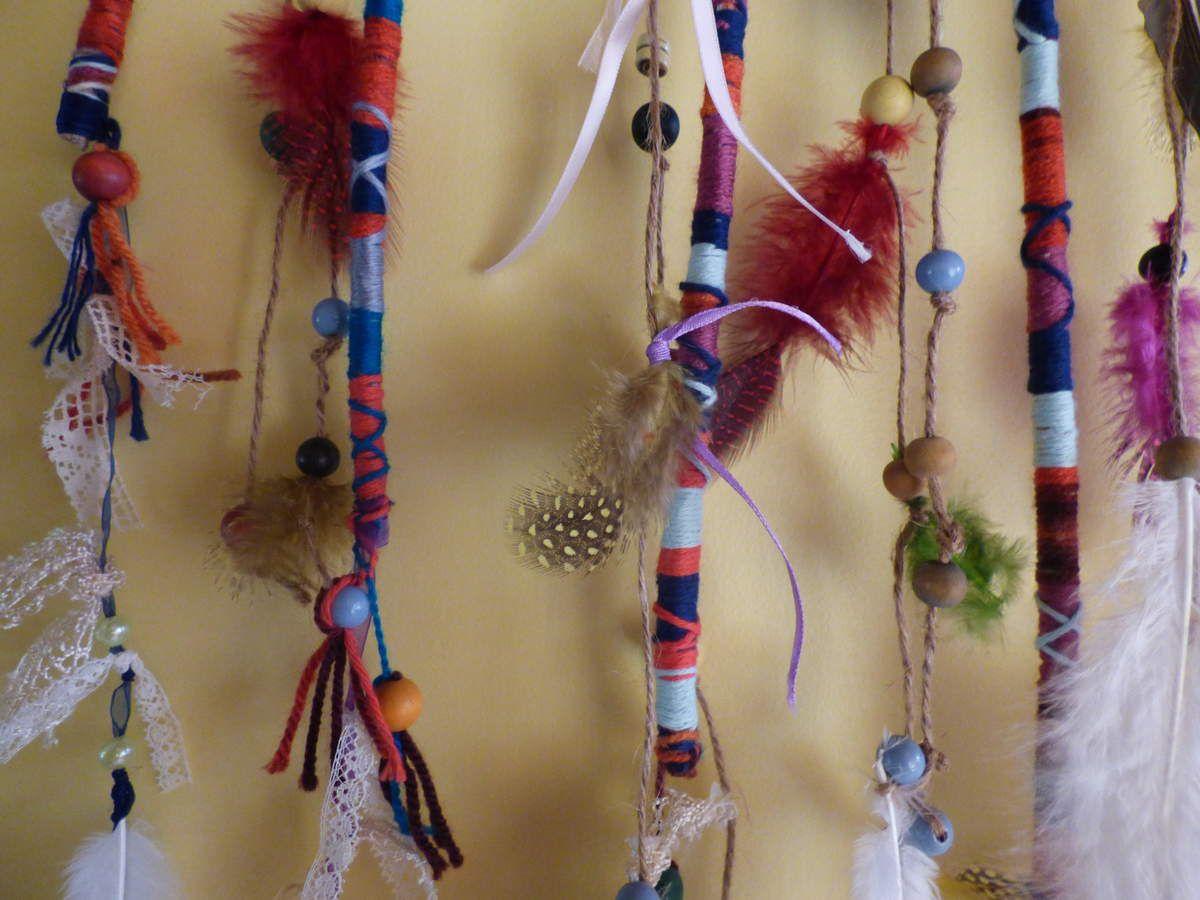 Déco murale avec des atébas, plumes et perles.