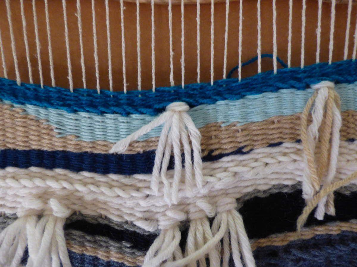 Tenture murale: fils et bouts de laine .