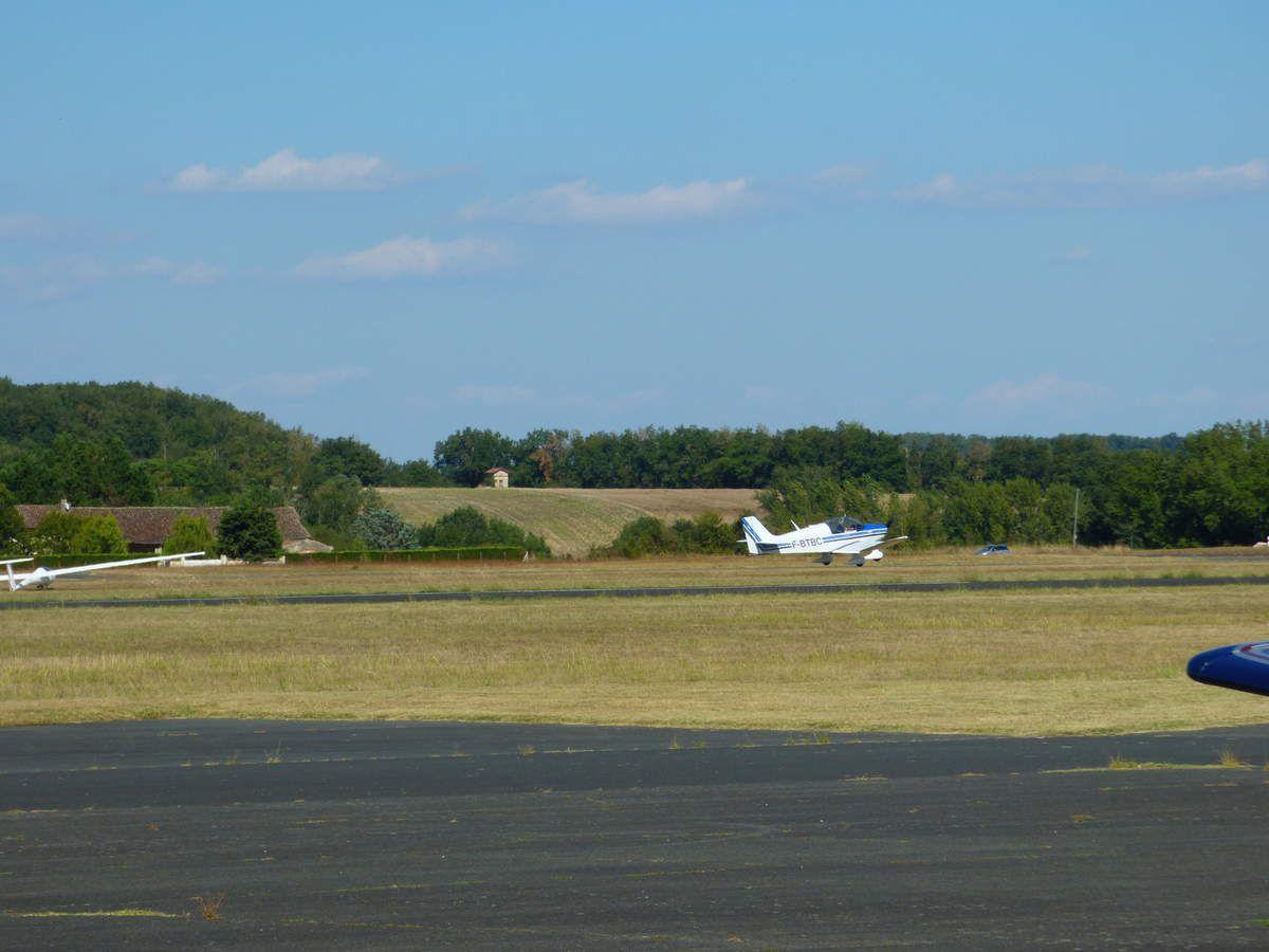 Expo d'avions par un aéroclub.